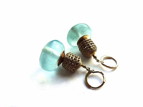 Stiklo ir ažūrinės detalės auskarai