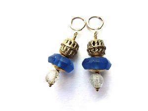 Prabangūs mėlyno stiklo ir ažūrinės žalvario detalės auskarai