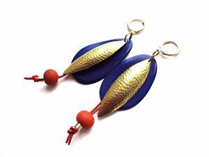 Mėlyni tagua riešuto ir kalinėto žalvario auskarai su keramika ir oda