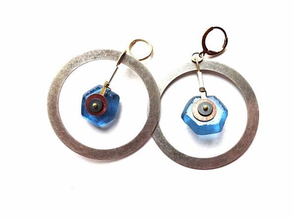 Sidabruoto žalvario masyvūs auskarai lankai su rankų darbo stiklo karoliais, hematitu ir variu