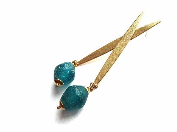 Faktūrinio žalvario įsegami auskarai su rankų darbo stiklo karoliais
