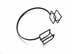 Minimalistinė geometrinė apyrankė iš oksiduoto žalvario