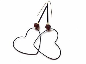 """Minimalistiniai auskarai """"Širdys"""" iš oksiduoto žalvario su rankų darbo stiklo karoliu"""