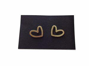 Minimalistiniai auskarai asimetrinės širdelės