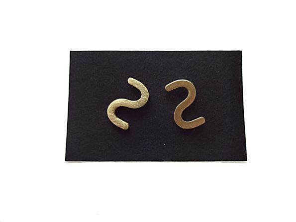 S formos minimalistiniai žalvariniai hipoalerginiai auskarai