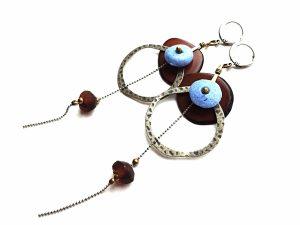 Rudo tagua riešuto, keramikos, afrikietiško stiklo ir sidabruoto žalvario auskarai su grandinėlėmis