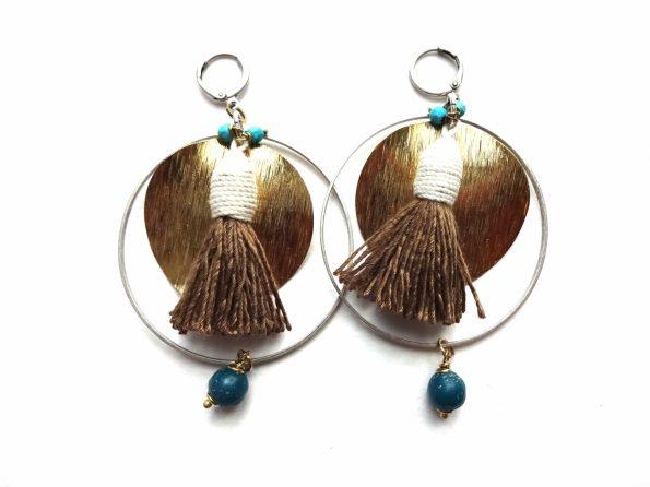 Masyvūs auskarai lankai su medvilnės kutais, stiklu, natūralaus ir sidabruoto žalvario detalėmis