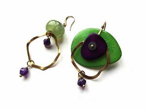 Ryškiai žalio ir violetinio tagua riešuto auskarai su ametistu, prenitu ir žalvario detalėmis