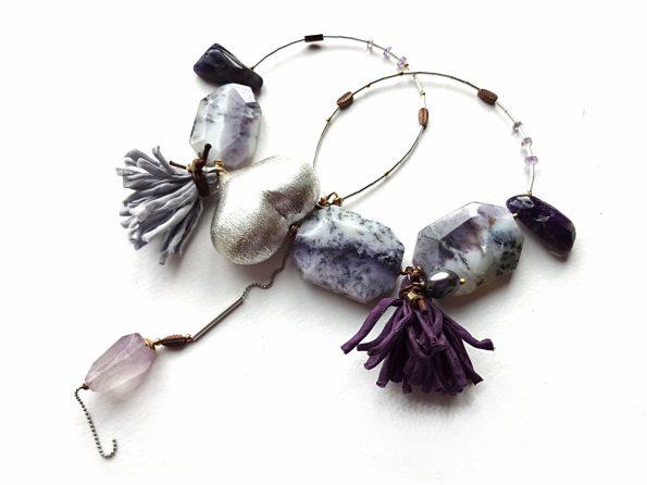 Dendritinio agato, ametisto, hematito vėrinys su sidabru dengta širdimi ir natūralaus šilko kutais