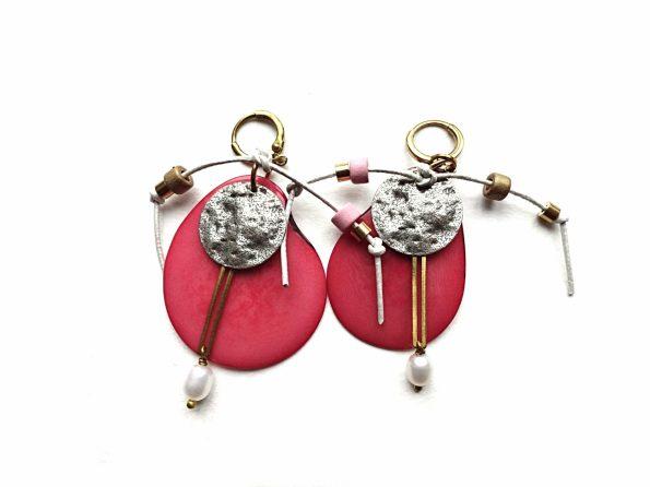 Rožinio tagua riešuto auskarai su keramika, gėlavandeniais perlais, natūralia oda ir sidabruotu žalvariu