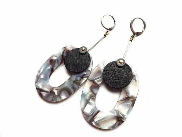 Ovalūs pilkai margi akrilo auskarai su oksiduotu žalvariu ir hematitu