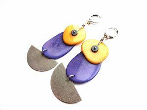 Žibuoklių ir šafrano geltonos tagua riešuto bei sidabruotų pusmėnulių auskarai
