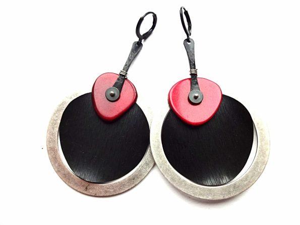 Masyvūs sidabruoto ir oksiduoto žalvario auskarai su raudonu tagua riešutu