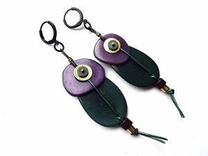 Tamsiai žalio ir violetinio tagua riešuto auskarai su keramika, oda ir hematitu