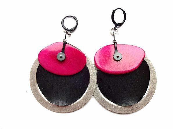 Masyvūs auskarai blynai iš sidabruoto žalvario lankų, juodo ir ciklameninio tagua riešuto
