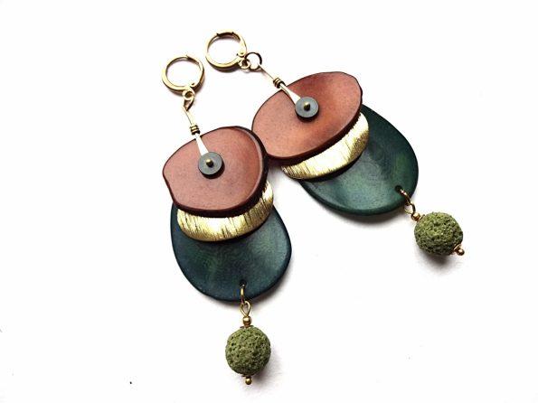 Rudo ir tamsiai žalio tagua riešuto auskarai su lava ir žalvariu