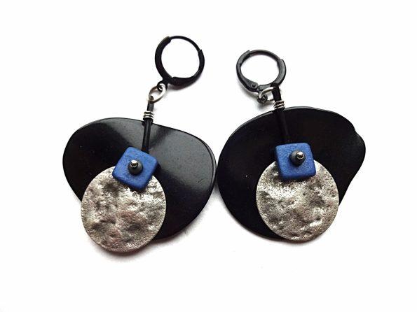 Juodo tagua riešuto, keramikos ir sidabruoto žalvario auskarai