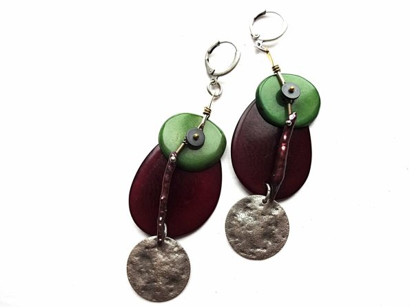 Vynos ir žalios spalvos tagua riešuto auskarai su biwa perlu ir sidabruotu žalvariu