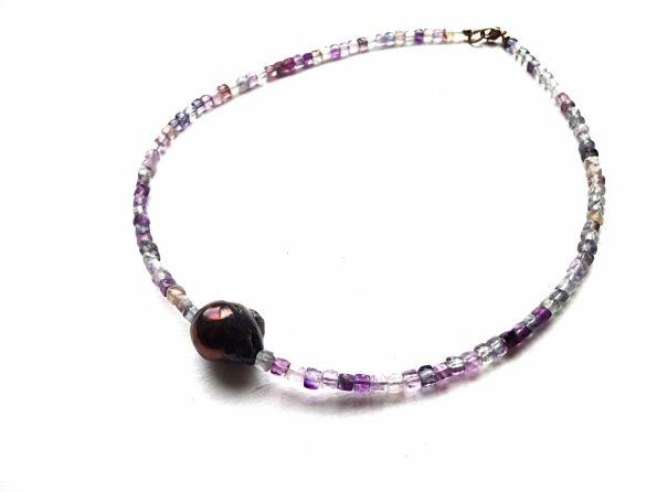 Briaunuotų fluorito kubelių vėrinys su gėlavandeniu violetiniu perlu