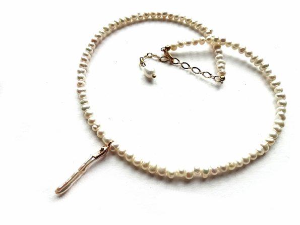 Natūralių gėlavandenių perlų vėrinys su biwa perlo pakabučiu ir auksuotomis detalėmis