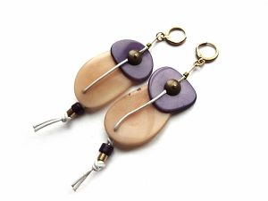 Smėlinio ir violetinio tagua riešuto auskarai su keramika ir oda