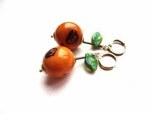 Oranžiniai pambil sėklų auskarai su stiklo lapeliais, hematitu ir žalvariu