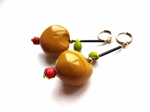 Geltoni kukui riešuto auskarai su stiklu, keramika ir žalvariu