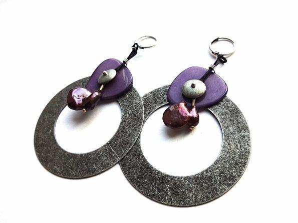 Masyvūs auskarai lankai iš sidabruoto faktūrinio žalvario , tagua riešuto ir gėlavandenių rudų perlų