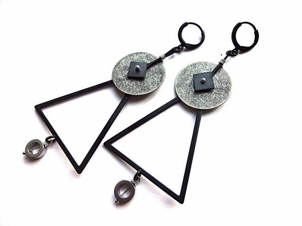 Masyvūs geometriniai auskarai trikampiai iš oksiduoto ir sidabruoto žalvario su hematitu