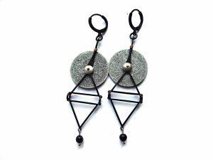 Geometriniai auskarai iš juodinto ir sidabruoto žalvario su onikso akmenukais
