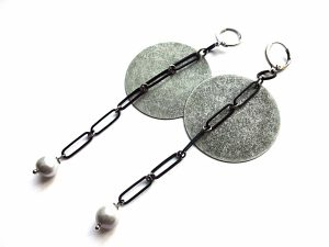 Auskarai blynai iš sidabruoto faktūrinio žalvario su juodom grandinėm ir pilkais gėlavandeniais perlais