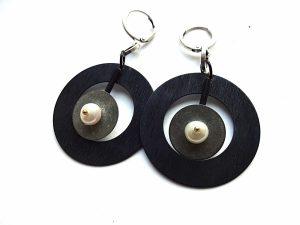 Apvalūs oksiduoto ir sidabruoto žalvario auskarai su gėlavandeniu perlu