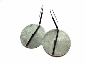 Apvalūs, masyvūs auskarai blynai iš sidabru dengto ir oksiduoto žalvario su špineliu