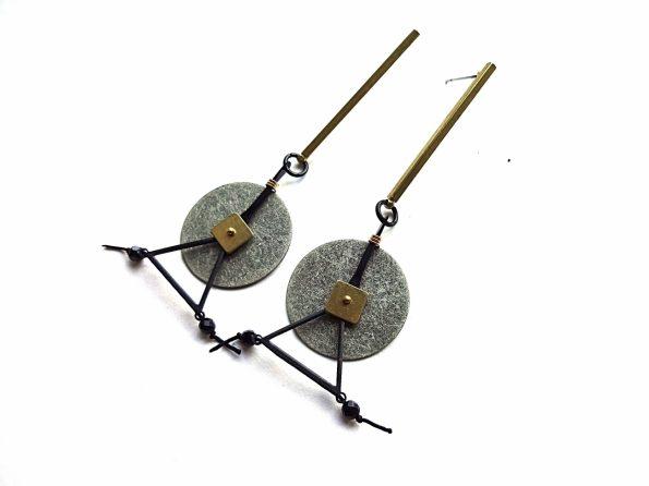 Geometriniai oksiduotu sidabru dengti auskarai su špinelio akmenukais