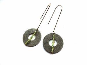 Apvalūs sidabruoti auskarai su žaliuoju granatu