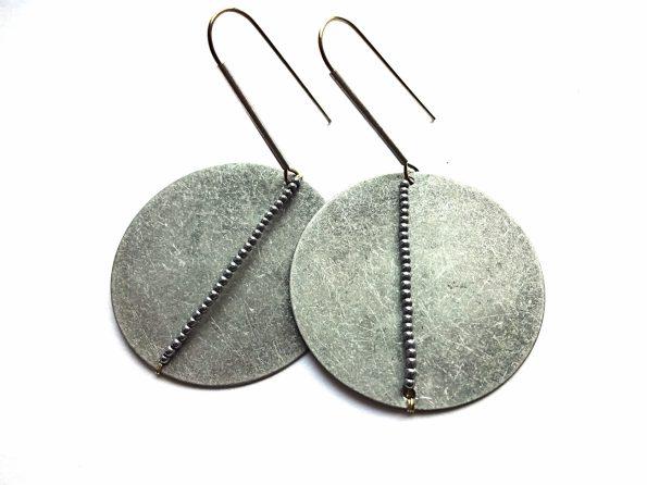 Apvalūs auskarai blynai iš fatktūrinio sidabru dengto žalvario su hematito akmenukais