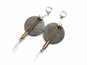 Apvalūs sendintu sidabru dengti žalvario blynai, su žalvarinėmis detalėmės, gėlavandeniais perlais ir oda